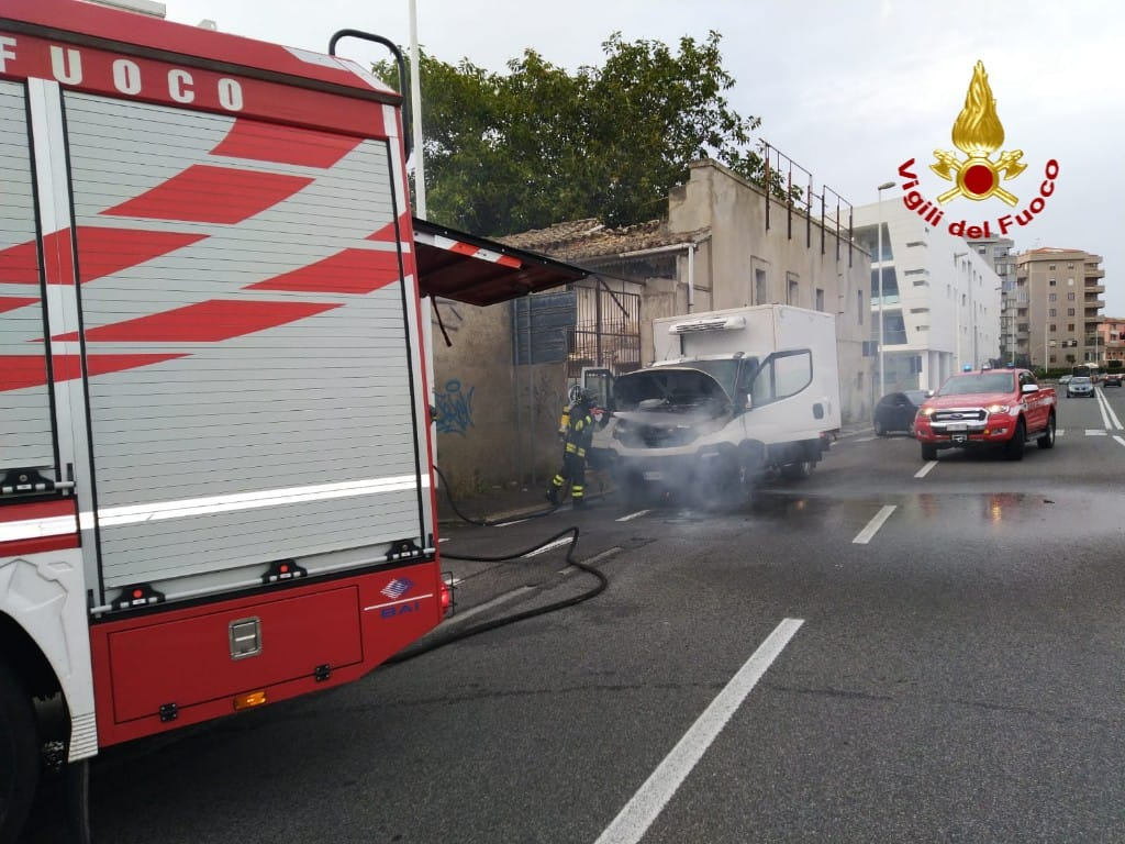 Cagliari: a fuoco un autocarro, intervento immediato dei ...