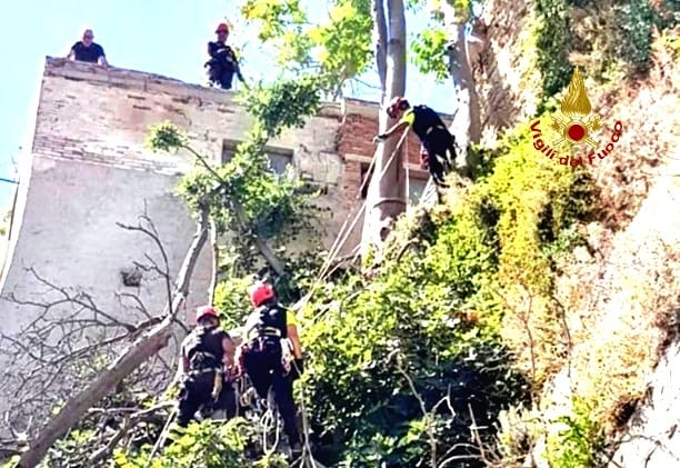 I vigili del fuoco sono intervenuti nel quartiere Castello ...